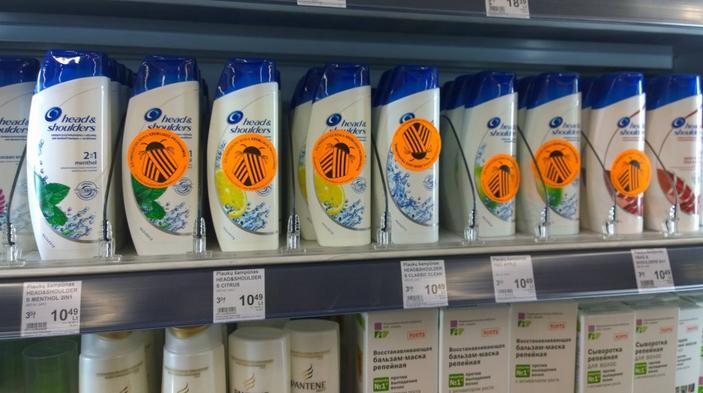 У литовських магазинах активісти ліплять «колорадських жуків» на товари, що рекламуються на російському ТБ