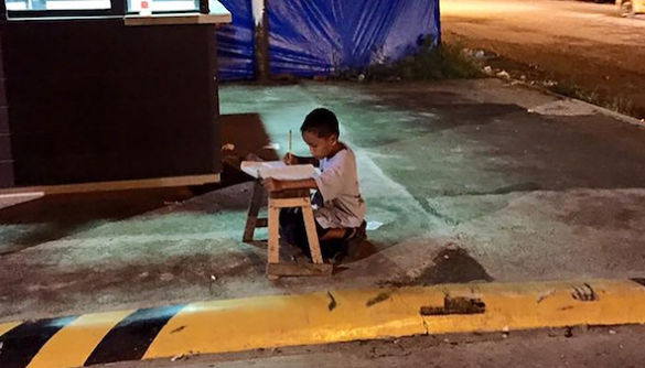 Дев'ятирічний філіппінський хлопчик отримав стипендію після того, як його фото поширилося в інтернеті