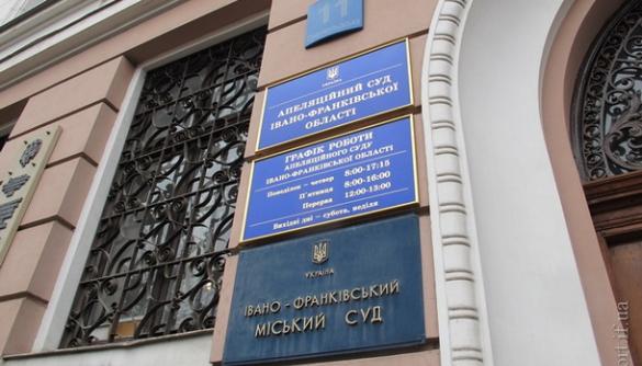 В Івано-Франківському суді чоловіки у камуфляжі напали на журналісток – відкрито провадження