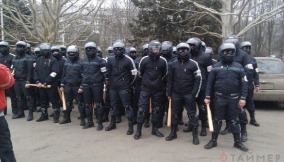 Одеська прокуратура заявляє, що досі не встановила особи «тітушок», які били журналістів 19 лютого минулого року