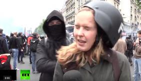 У Парижі журналістці Russia Today дали ляпаса після слів про «пануючу ненависть»