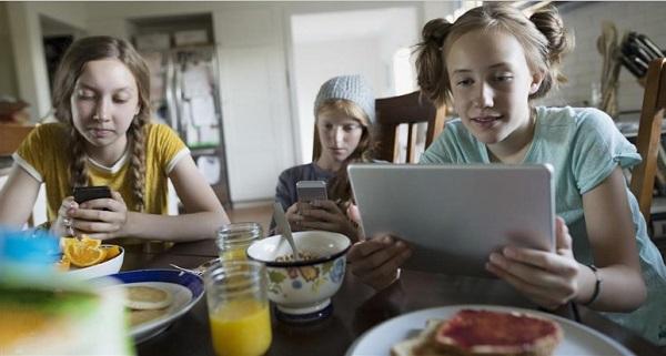 Більшість підлітків не відрізняють фейкові новини від справжніх - дослідження Стенфордського університету