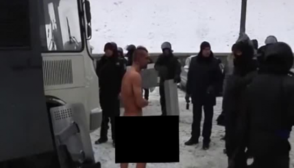 Відео, на якому міліція знущається над оголеним протестувальником, облетіло світові ЗМІ