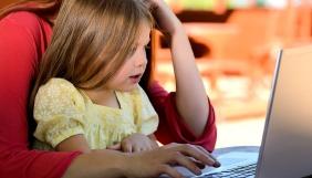 Батьки повинні зберігати контакт з дитиною, аби забезпечити її безпеку в Інтернеті – психолог