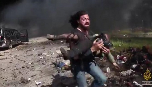Сирійський фотокореспондент вирішив допомогти постраждалим від вибуху, а не знімати
