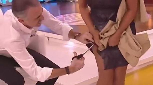 Іспанський ведучий в прямому ефірі розрізав сукню своєї колеги - його засудили за «мачизм»