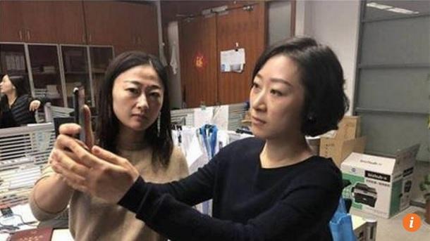 В Китаї дівчина двічі повертала iPhone X в магазин, тому що він реагував на обличчя її колеги