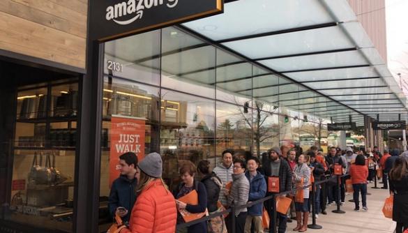 Біля автоматизованого супермаркету Amazon вишикувалася черга з покупців