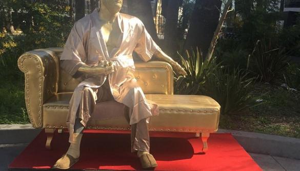 «Канапа для кастингу»: в Голлівуді встановили скульптуру Гарві Вайнштейна