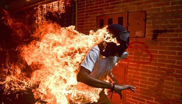 У фотоконкурсі World Press Photo перемогла світлина протестувальника у вогні