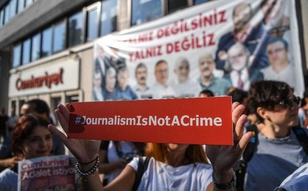 13 журналістів турецької газети Cumhuriyet засудили до тривалих термінів