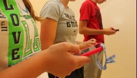 У Франції схвалили законопроект, який забороняє смартфони в молодших та середніх класах