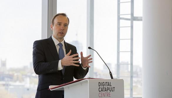 Міністр культури Британії не вважає, що варто забороняти законом мобільні в школі