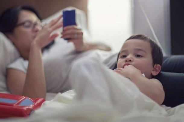 Як батьки шкодять дітям, відволікаючись на ґаджети