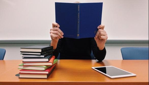 Учням до 15 років у Франції остаточно заборонили користуватися ґаджетами в школах