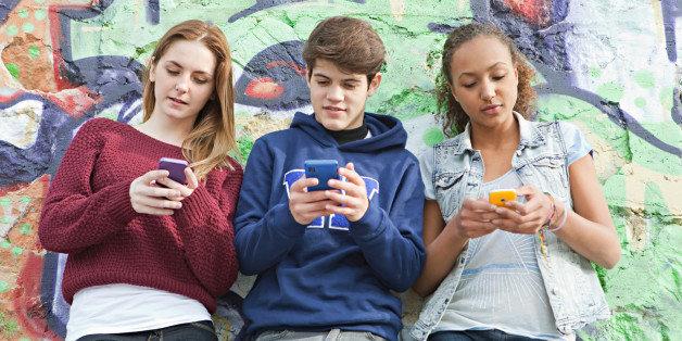 Найбільшою онлайн-небезпекою для підлітків є нав'язування непотрібної інформації — опитування