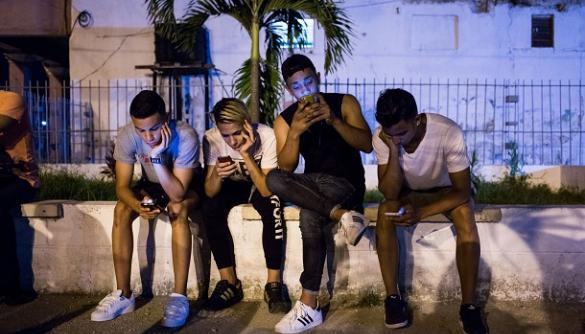 Кубинцям нарешті нададуть доступ до мобільного інтернету