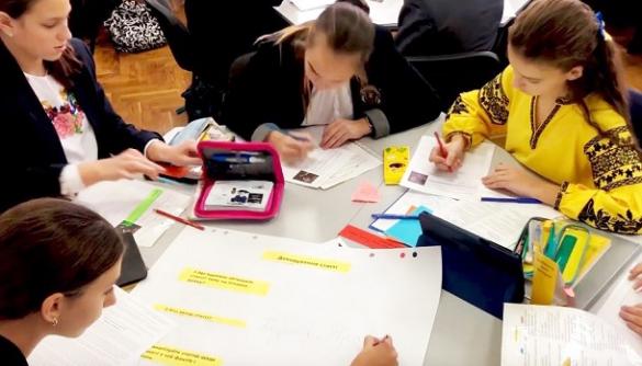 Проект з медіаграмотності «Вивчай та розрізняй» розширюється на всю Україну. Перші результати надихають