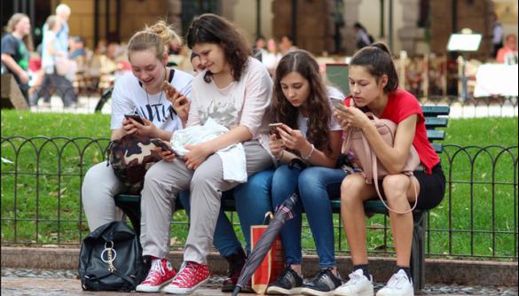 В Італії пропонують лікувати підлітків від телефонної залежності
