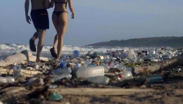 Pornhub зняв секс на забрудненому пляжі, щоб привернути увагу до пластику в океані