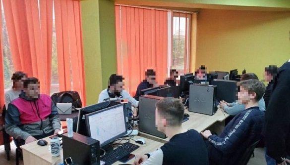 Шахрайські call-центри маскувалися під служби безпеки банків — Кіберполіція