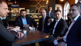 «Всупереч карантину»: в мережі жартують із фото Зеленського в кав'ярні під час поїздки до Хмельницького