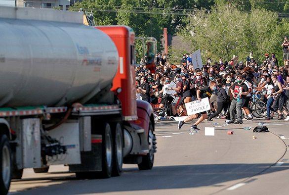 Як ЗМІ тиражували фейк про «ветерана ЗСУ», який нібито в'їхав на бензовозі у натовп мітингувальників у США