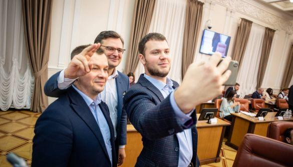 Зеленський заборонив міністрам сидіти у соцмережах у робочий час