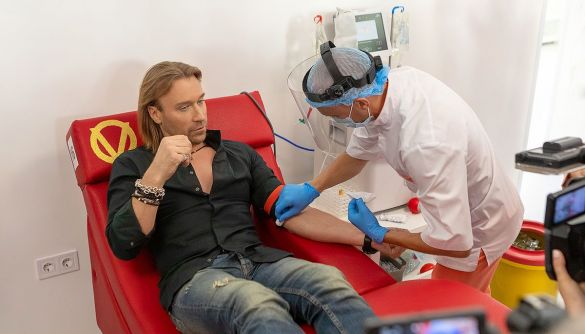 Олег Винник здавав кров для ліків від COVID-19 перед телекамерами. Насправді він не хворів
