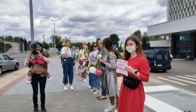 Білоруси страйкують біля державних телеканалів і вимагають правди