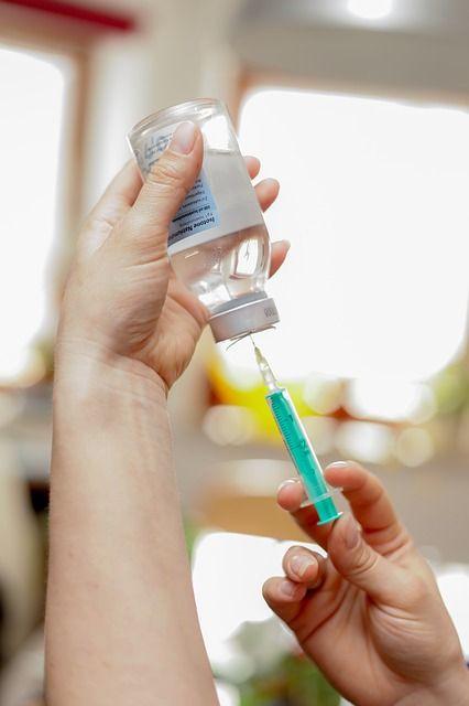 Американська компанія заявила, що її вакцина від коронавірусу показала ефективність у піддослідних різного віку