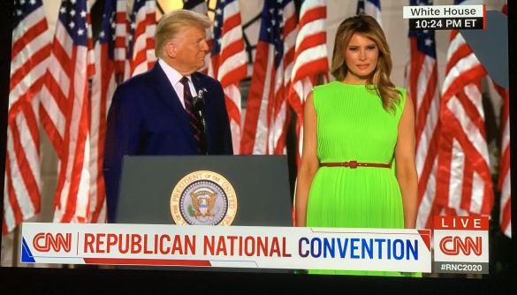 Меланія Трамп одягнула сукню кольору зеленого екрану. Це породило купу мемів в Twitter