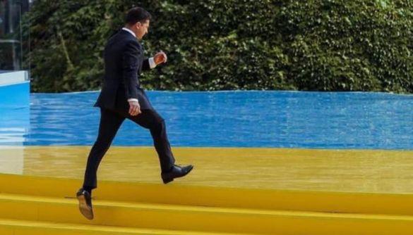 Флаг под ногами. Чем грозит Зеленскому хождение по желто-синей сцене