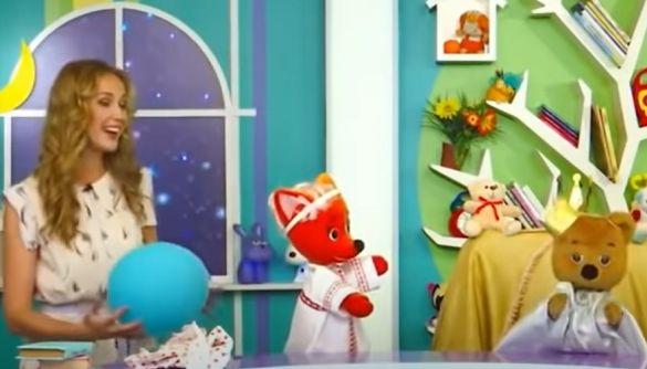 Канал «Білорусь-3» у дитячій програмі показав ведмедя, який не хоче залишати трон. Ведуча каже - випуск давнішній