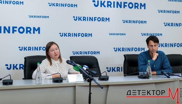 Українці вважають, що боротьба з фейками - це турбота держави і власників