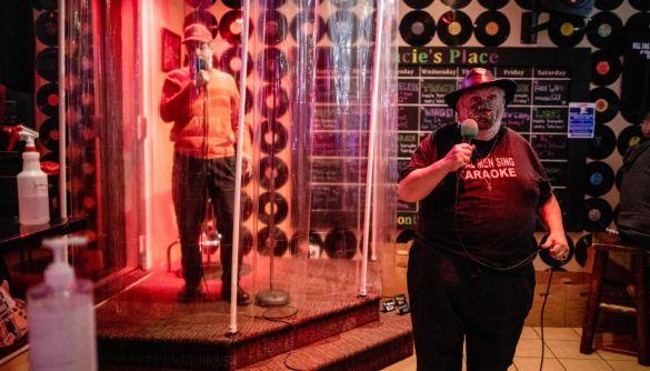 Канадський караоке-бар дозволив відвідувачам співати в душі через COVID-19