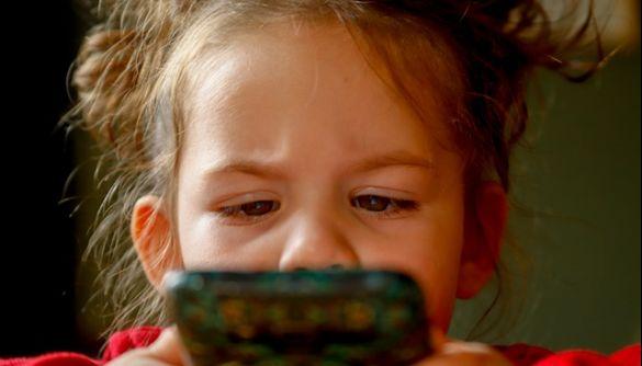 Верховній Раді знову пропонують заборонити смартфони у школах