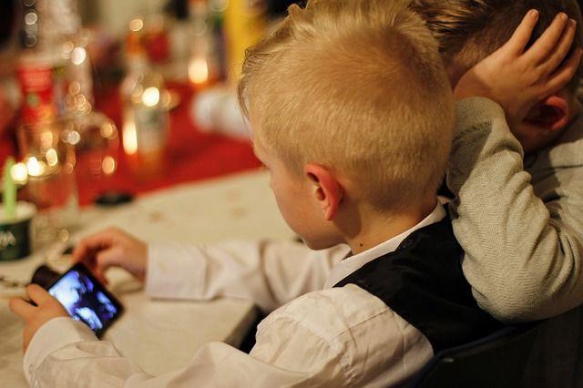 Дитячі блогери на YouTube рекламують в основному фастфуд — дослідження