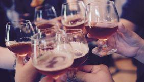 Під час локдауну жінки у Великій Британії вживали більше алкоголю, ніж чоловіки — дослідження