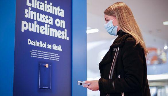 Фінська фармкомпанія перетворила білборди на термінали для дезинфекції телефонів
