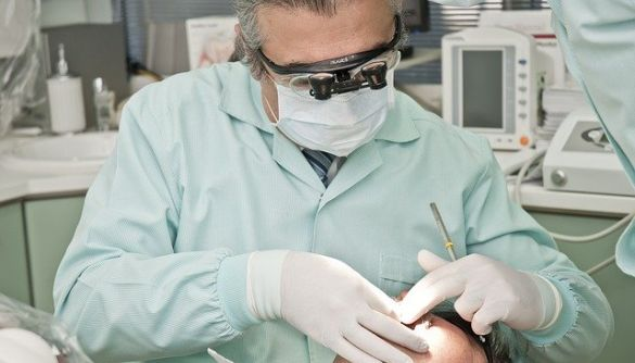 Коронавірус може призвести до проблем з яснами та зубами — лікарі