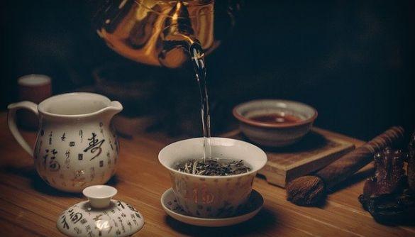Вчені з'ясували, що хімічні сполуки в зеленому чаї та темному шоколаді блокують COVID-19