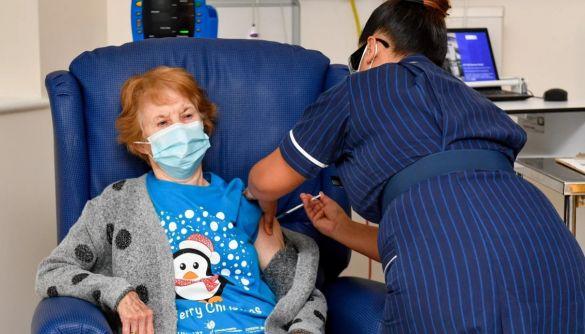 Велика Британія почала вакцинацію проти COVID-19. Першою вакцинували 90-річну Маргарет Кінан