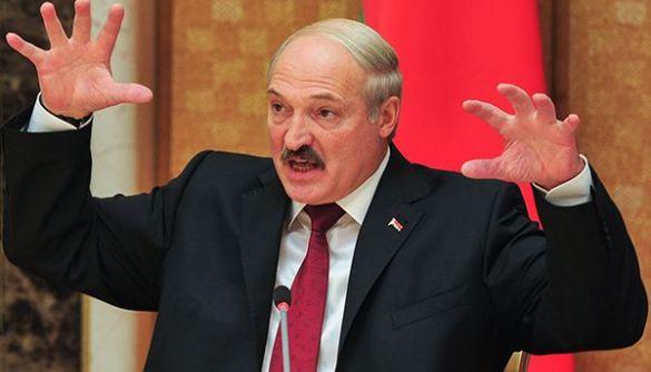 Лукашенко виступив проти смартфонів: «Розумні люди вже давно шукають кнопкові телефони»
