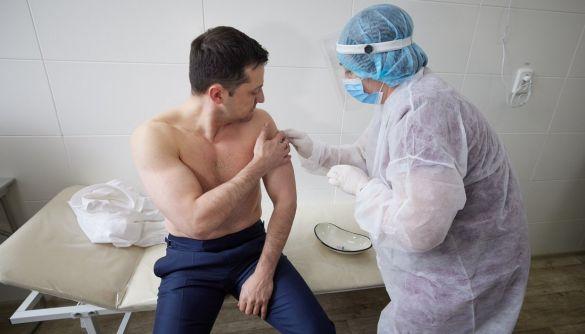 Зеленський на Донбасі вакцинувався проти коронавірусу препаратом Covishield — фото