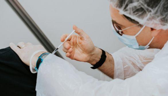 ВООЗ та EMA вважають, що переваги вакцини AstraZeneca перевищують ризики її викристання