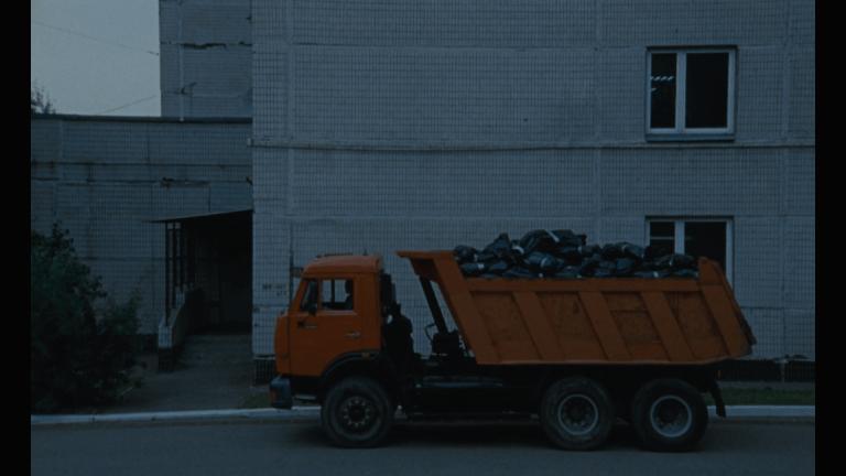 У соцмережах ширять відео-фейк про те, як нібито жертви коронавірусу курять біля вантажівки у перерві між зйомками