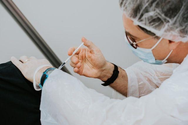 «100+ відповідей на запитання про вакцинацію проти COVID-19»
