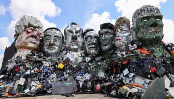 У Великобританії з електронних відходів зробили скульптуру з головами лідерів G7