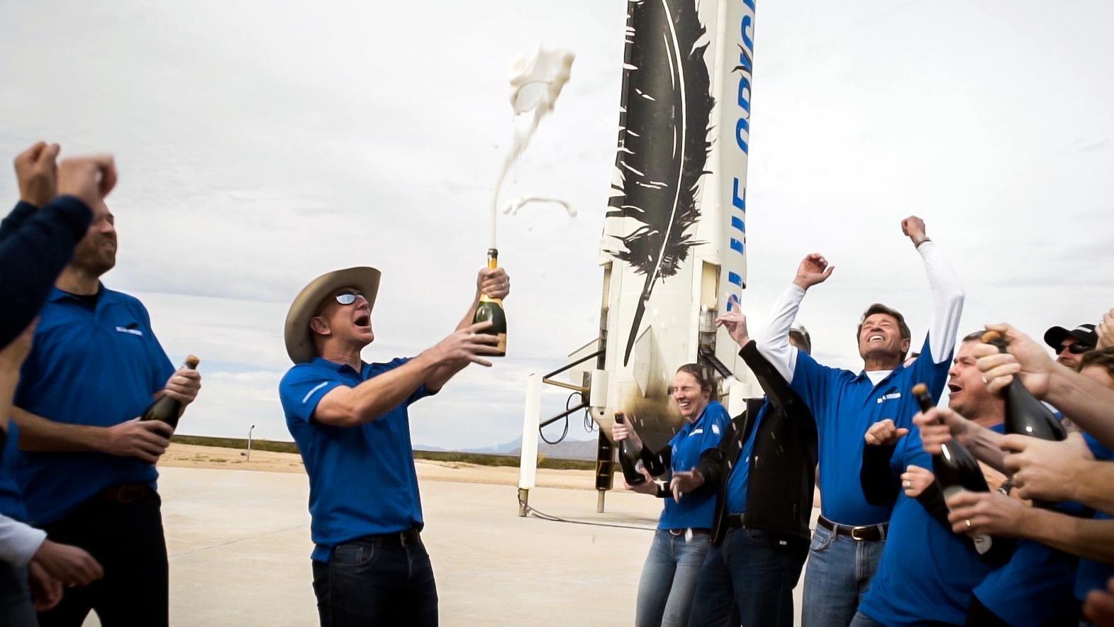 Blue Origin продала за 28 млн доларів можливість полетіти у космос разом із Безосом